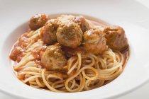 Pasta de espaguetis con albóndigas - foto de stock