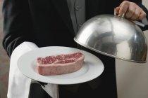 Mayordomo sirviendo carne - foto de stock