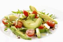 Авокадо салат з помідорів чері на білий плита — стокове фото