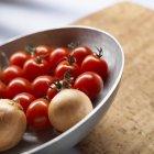Cóctel de tomates y cebollas - foto de stock