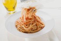 Spaghetti con salsa di pomodoro e parmigiano — Foto stock