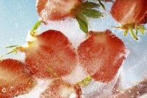 Mitades de fresa congeladas - foto de stock