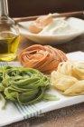 Colorida pasta de cinta casera en servilleta - foto de stock