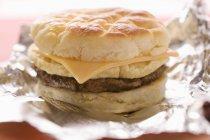 Cheeseburger con uova strapazzate — Foto stock