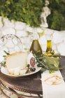 Сыр с салями и оливками на столе — стоковое фото