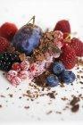 Крупним планом подання змішану ягоди з шоколадною стружкою — стокове фото