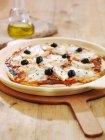 Пицца с моцареллой и оливками — стоковое фото