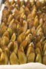 Damsons en base de masa de levadura cruda - foto de stock