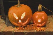 Pumpkin lanterns and candy corn — Stock Photo