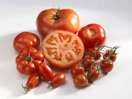 Varios tipos de tomates rojos - foto de stock
