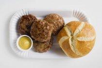 Burgers de bœuf à la moutarde et pain roulé — Photo de stock