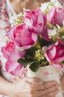 Closeup beschnitten Blick auf Frau mit Vase mit Sommerblumen — Stockfoto