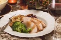 Vista del primo piano di petto di tacchino con broccoli e verdure — Foto stock