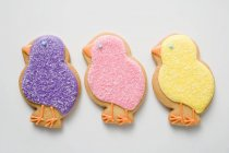 Печенье в форме фиолетовых цыплят — стоковое фото