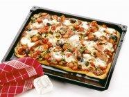 Pizza au jambon et tomates — Photo de stock