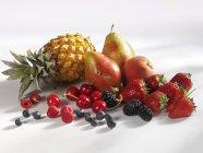 Estate frutti e bacche con ananas — Foto stock