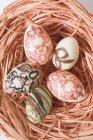 Huevos de chocolate decorados - foto de stock