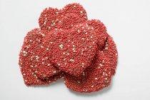 Coeurs au chocolat avec pépites d'empilés — Photo de stock
