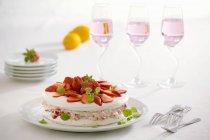 Torta di meringa con fragole fresche — Foto stock