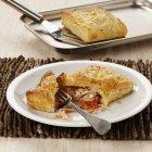 Pasta sfoglia con ripieno di pomodoro e prosciutto — Foto stock