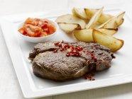 Ribeye steak con spicchi di patate — Foto stock