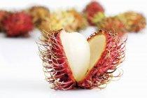 Rambutan recién abierto - foto de stock