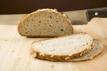 Pane integrale con coltello — Foto stock