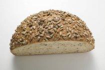 Половина буханка хлеба, подсолнечника — стоковое фото