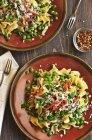 Due piatti di pasta con piselli — Foto stock