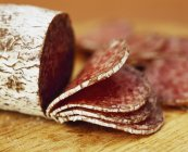 Salame fatiado italiano — Fotografia de Stock