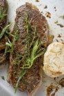 Filetes de ternera con hierbas - foto de stock