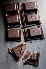 Rotto tavoletta di cioccolato fondente — Foto stock