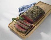 Arrosto di manzo con crosta di erbe — Foto stock