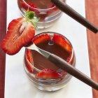 Crema de chocolate con fresas frescas - foto de stock
