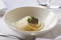Ravioli di anatra con fetta funghi tartufo — Foto stock