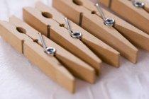 Vista de closeup de cabides de madeira na superfície branca — Fotografia de Stock