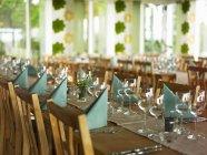 Vista diurna di tavoli apparecchiati in un ristorante — Foto stock