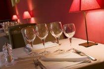 Schräge Ansicht der Tabelle gelegt für zwei Personen in einem restaurant — Stockfoto
