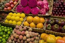 Экзотические фрукты в корзинах — стоковое фото