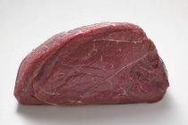 Trozo de carne cruda de rabadilla - foto de stock