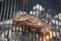 Bistecca di manzo cotta sul barbecue — Foto stock