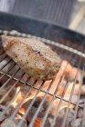 Bistecche di manzo sul barbecue all'aperto — Foto stock