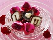Шоколад на червоної тканини — стокове фото