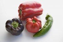 Червоний, фіолетовий і перець чилі — стокове фото