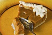 Kürbiskuchen mit Kuchengabel — Stockfoto