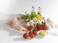 Filetti di pesce fresco con verdure — Foto stock