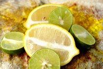 Половинчатые лаймы и лимоны — стоковое фото