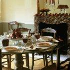 Vista di giorno di zuppa di pomodoro con mele e vino rosso sulla tabella posta — Foto stock