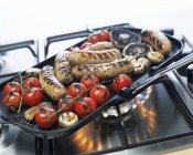 Salsicce con funghi e pomodori — Foto stock