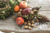 Rustikale Weihnachts-Dekoration mit Äpfeln — Stockfoto